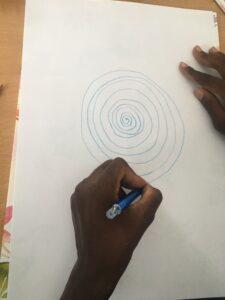 Criança a desenhar uma espiral
