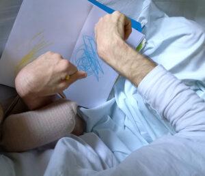Os braços de um aluno a aplicar a técnica de Heather Hansen.