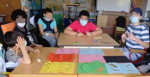 Os alunos que participaram na atividade com os trabalhos elaborados.