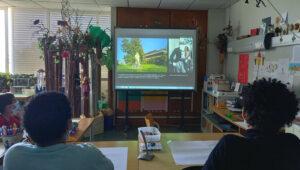 Os alunos observam imagens projetadas no quadro interativo do exterior do Museu Calouste Gulbenkian.