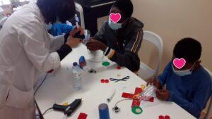 Alunos e professora com mesa de materiais
