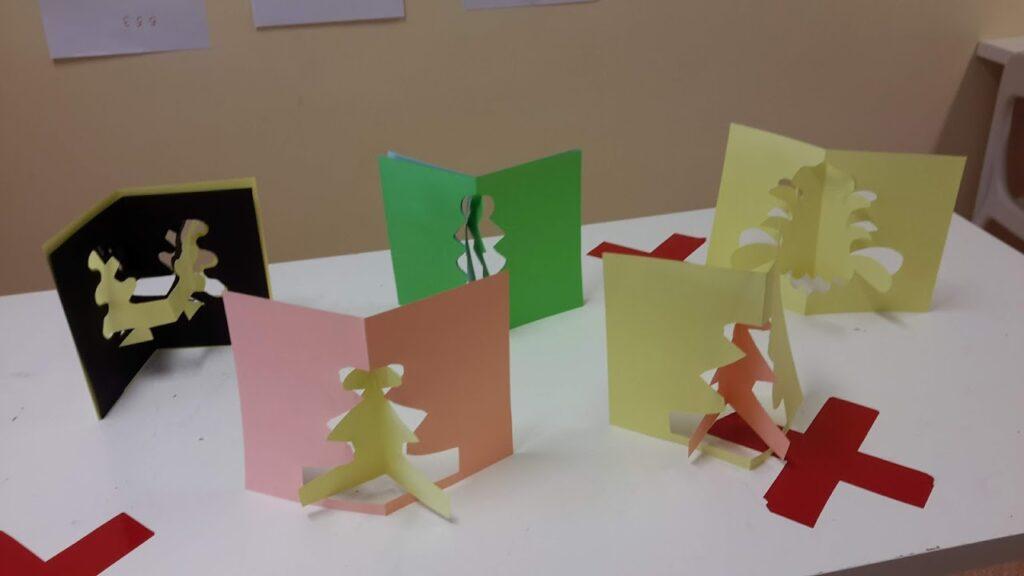 Recortes simétricos de folhas de papel pelos alunos