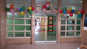 Balões na porta de entrada do hospital