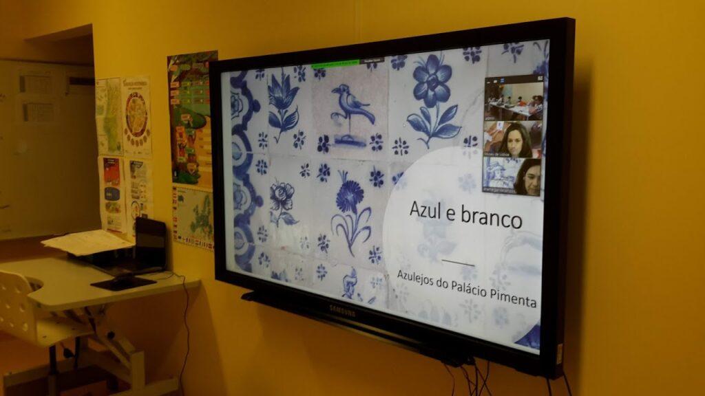 Ecrã com imagem de azulejos e palavras Azul e branco