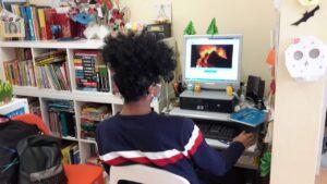 Aluno a trabalhar com computador